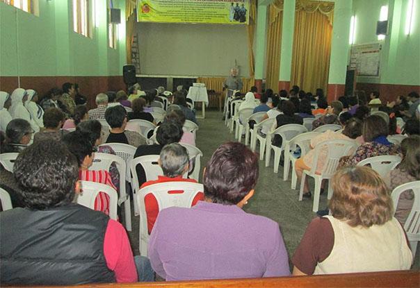 Reunión testimonial en parroquia Virgen de la Puerta