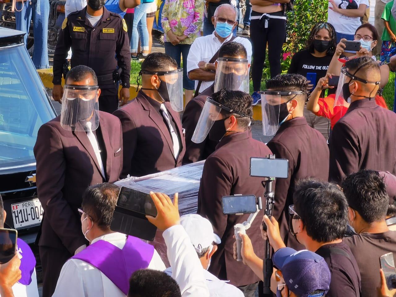 Llegada del cuerpo del Monseñor Bambaren a Chimbote. Frente a Catedral